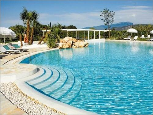 le 10 piscine pi belle del lago di garda. Black Bedroom Furniture Sets. Home Design Ideas